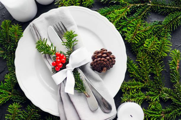 festive place setting for christmas dinner - pranzo di natale foto e immagini stock