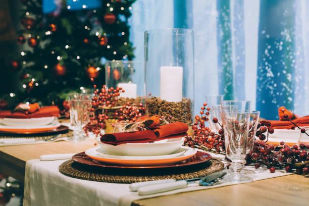 tabela de ajuste de lugar festivo, ao lado da árvore de natal - fine dining - fotografias e filmes do acervo