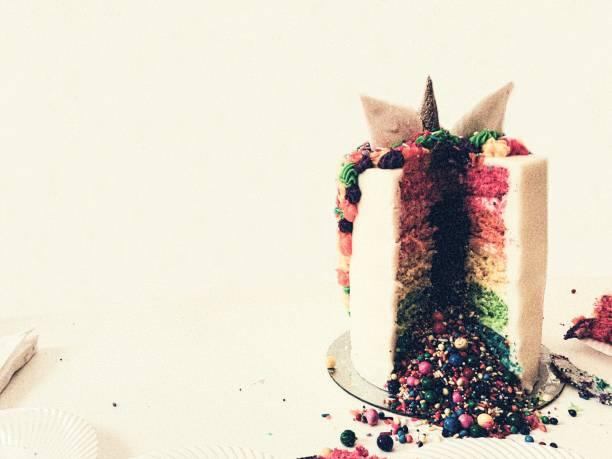 festliche regenbogen einhorn kuchen hintergrund w/copy space - brautparty kuchen stock-fotos und bilder