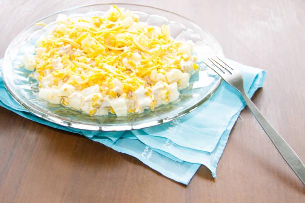 festliche salat mit hühnerbrust, mais, käse und ananas - ananas huhn salate stock-fotos und bilder
