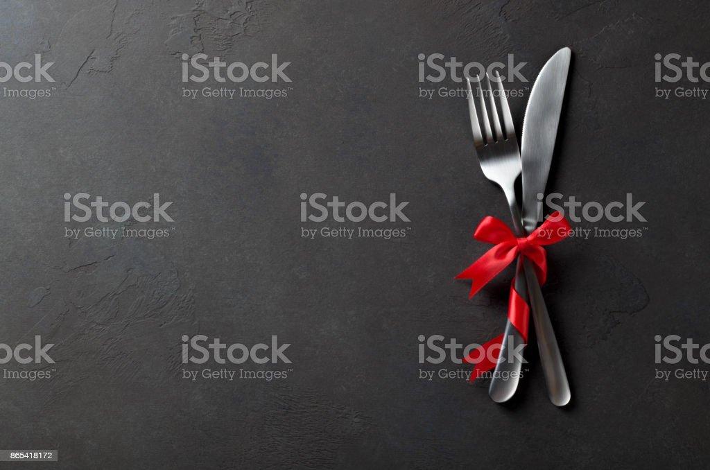 Festliche Satz von Besteck Messer und Gabel mit roten satin-Schleife, dunkle s – Foto