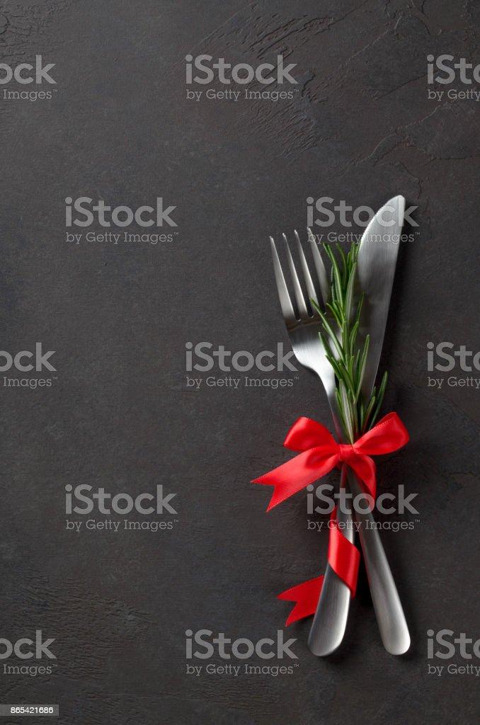 Festive ensemble de couverts couteau et une fourchette avec arc de satin rouge avec ro - Photo