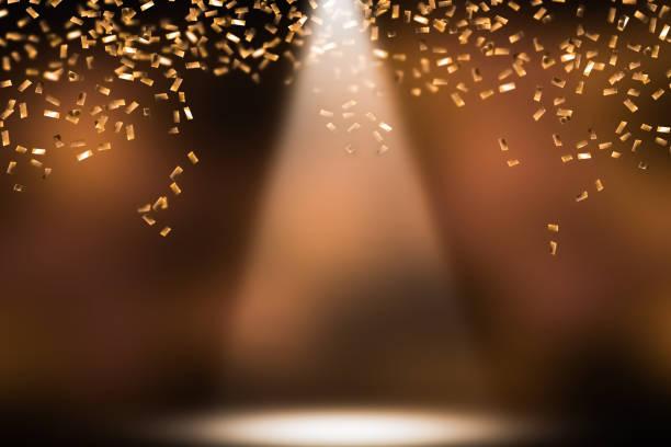 feestelijke douche van gouden confetti - spotlicht belichting stockfoto's en -beelden