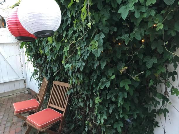 festlicher sommergarten - geheime garten parties stock-fotos und bilder
