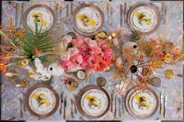 お祝いテーブルの装飾です。多くのパステル色。豪華な結婚式、パーティー、誕生日。銅の椅子や料理、金、銀食器。 中国、ヨーロッパ、シノワズリ スタイル。キャンドル、モッツァレラチーズ、柿。上記。 - ウェディングファッション ストックフォトと画像