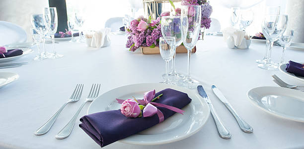 Festive table setting in the restaurant with flowers. Wedding decor. – Foto
