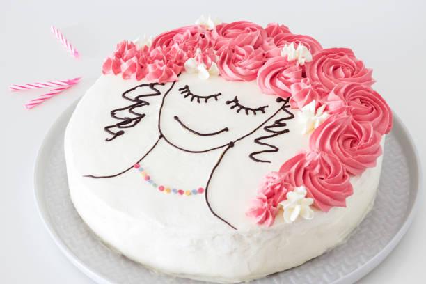 festliche vanille-kuchen mit buttercreme, ein bild von mädchen gesicht mit blume haar. ansicht von oben. blauer hintergrund. - hausgemachtes vanilleeis stock-fotos und bilder