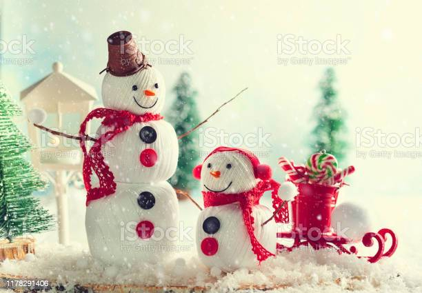 Festive winter background with two happy snowmen made from balls of picture id1178291406?b=1&k=6&m=1178291406&s=612x612&h=npfioiwdoqktve9hzxujfrwjzg3tf1ge mm1 x4bruw=