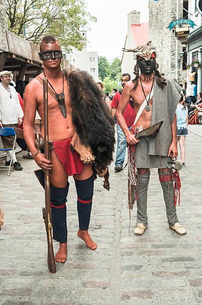 fetes de la nouvelle-france, vieux-quebec. - indianer kostüm herren stock-fotos und bilder