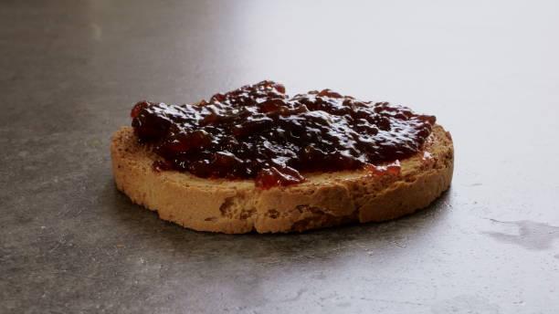 fette biscottate con marmellata - fette biscottate foto e immagini stock