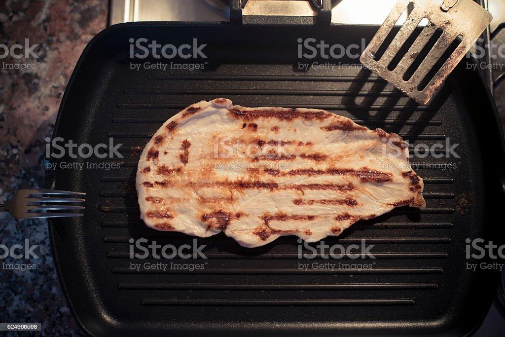 Fettina di pollo sulla bistecchiera stock photo