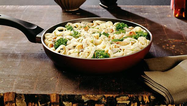 Fettuccine Alfredo Pasta mit broccoli und Huhn – Foto