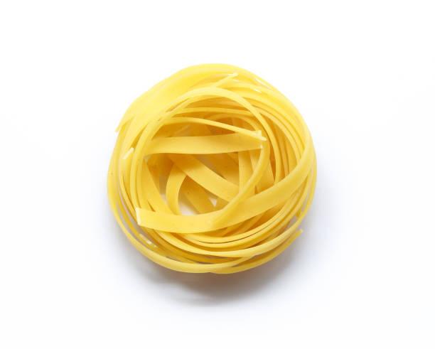 italiaanse pasta fettuccine geïsoleerd op witte achtergrond - aziatische noedels stockfoto's en -beelden