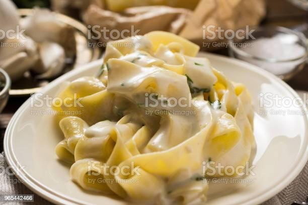 Foto de Prato De Macarrão Fettuccine Com Molho Cremoso De Alfredo e mais fotos de stock de Almoço