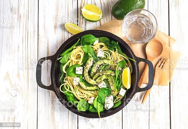 Fettuccine Pasta With Sliced Avocado Feta Cheese Spinach Stockfoto und mehr Bilder von Abnehmen
