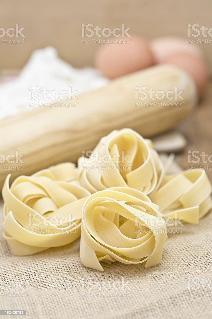 Fettucini pastas, huevos, harina en madera y saco de tela foto de stock libre de derechos