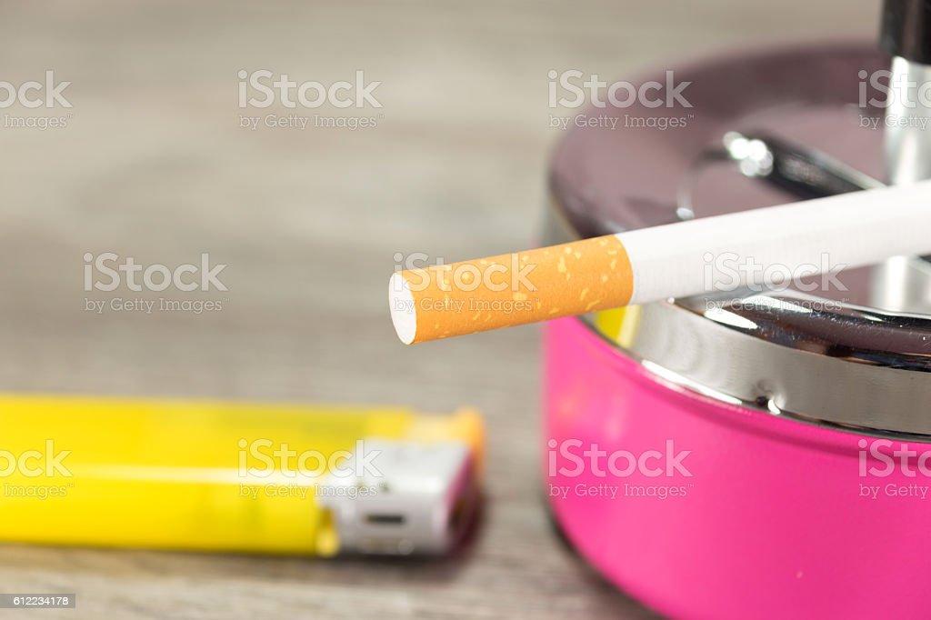 Feuerzeug und eine Zigarette stock photo