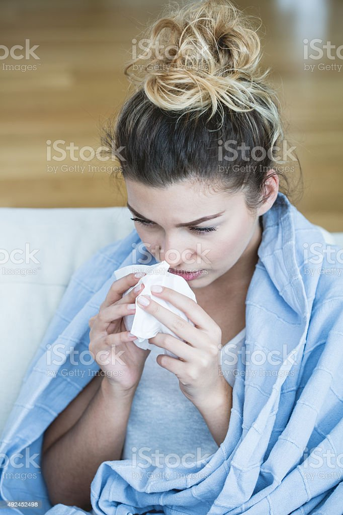 Feverish Frau mit Gewebe – Foto