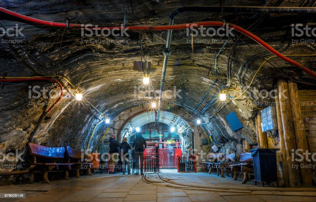 Ein paar Touristen warten Untergrund in der Mine für den Aufzug – Foto
