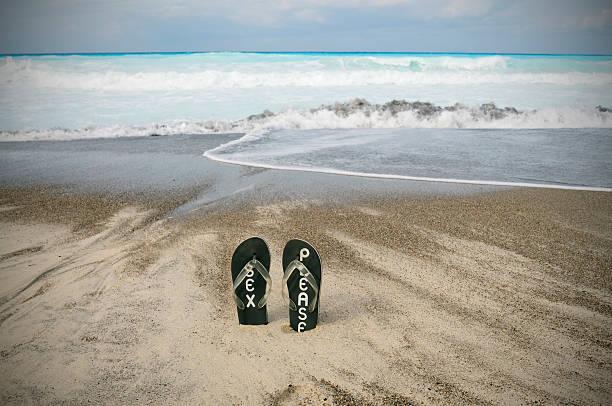 fflip flop für den strand - flitterwochen flip flops stock-fotos und bilder
