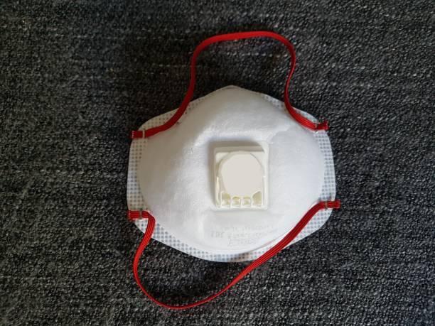 ffp 3 maske nahaufnahme / gesichtsmaske nahaufnahme / chirurgische maske oder mundschutz (ähnlich ffp 2 ) mit hohem schutzqualitätsstandard gegen corona / covid-19 - eine einzige maske, die als krankheitsschutz in arztpraxis und krankenhäusern von ärzt - ffp2 stock-fotos und bilder