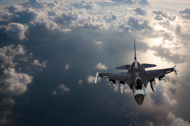 Fıghter Jet in Fligh über dem Meer bei Sonnenuntergang – Foto