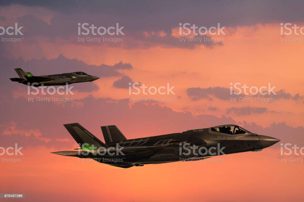 F-35 Fıghter aviones en vuelo al atardecer - foto de stock