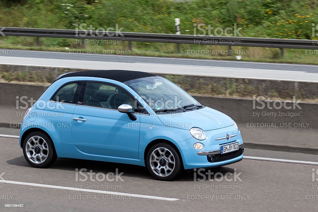 Fiat 500 on the road - foto stock
