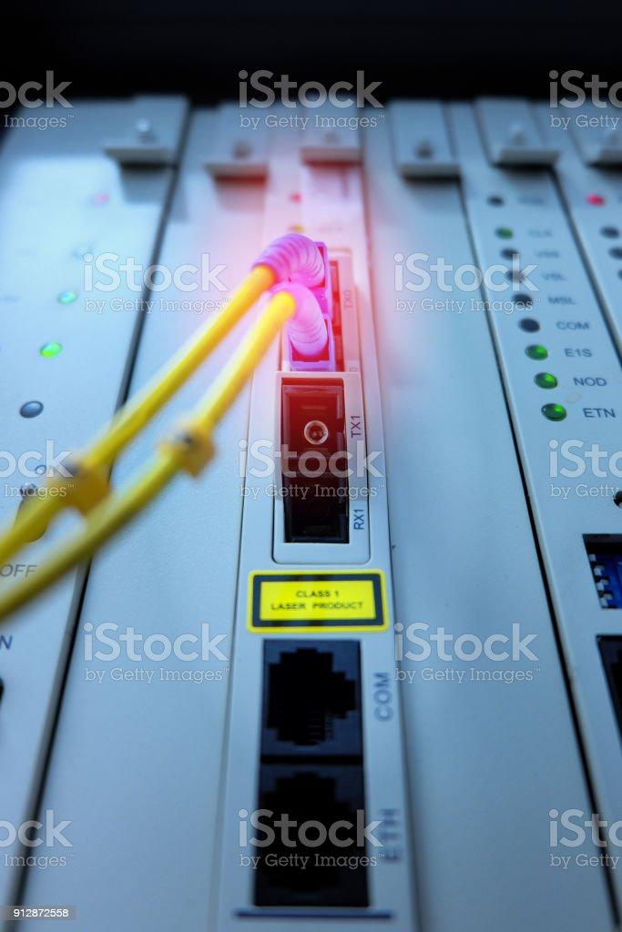 Cabo de fibra óptica conectado ao sistema de telefone Private Automatic Branch eXchange na torre de cremalheira. PABX. foco seletivo - foto de acervo