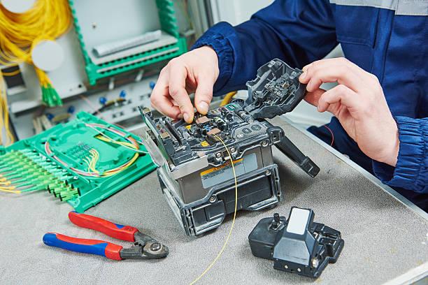 fiber optic cable splice machine in work - spleißen stock-fotos und bilder