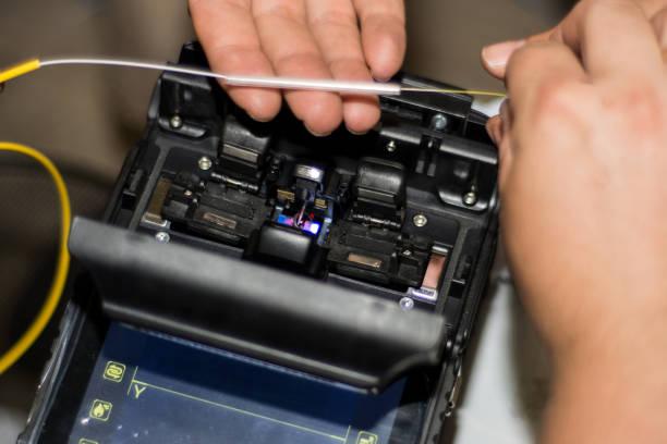 faser lwl spleissen von ingenieur mit optical fiber fusion splicer-instrument-profi-maschine - spleißen stock-fotos und bilder