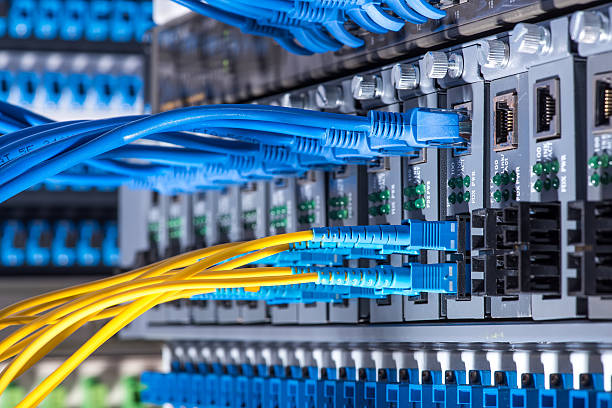 fiber optic cables and utp network cables - kabel stockfoto's en -beelden