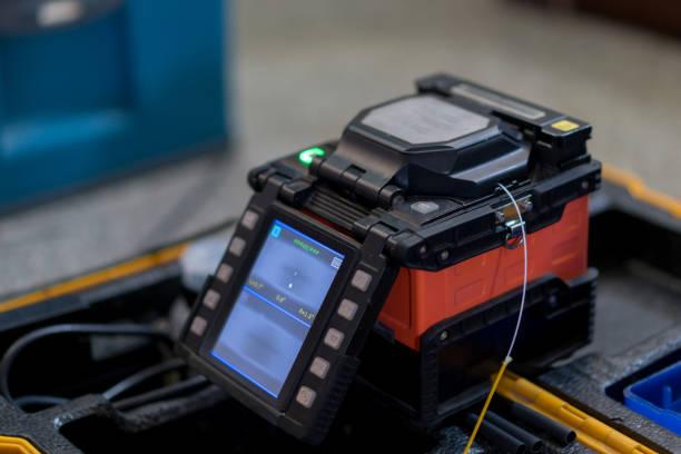 fiber optic fusion splicer zu hause filber zu hause - spleißen stock-fotos und bilder