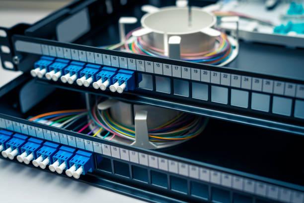 fiber optic patchpanel verteilung - spleißen stock-fotos und bilder