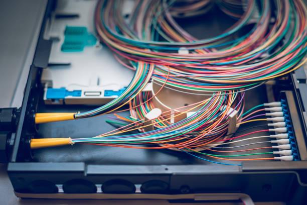 lwl-kabel auf verteilung patchpanel - spleißen stock-fotos und bilder