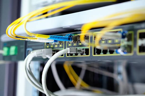 un réseau à fibres optiques - commutateur photos et images de collection