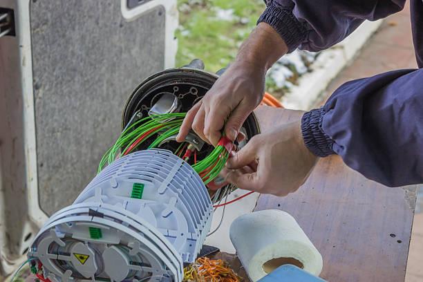 technicien en fibre optique rouleaux de câbles à fibres optiques - fibre photos et images de collection