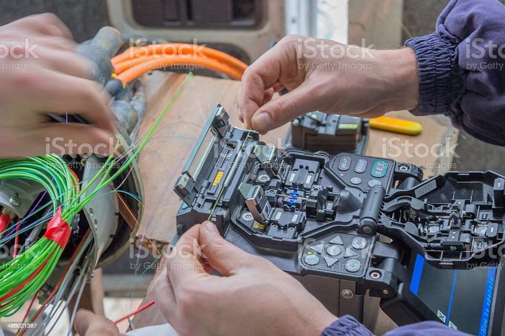 Atmosphärische Techniker kleben Fasern – Foto