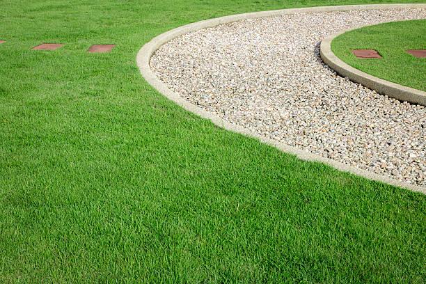 bereich der grünen gras und white stone - gartenkies stock-fotos und bilder