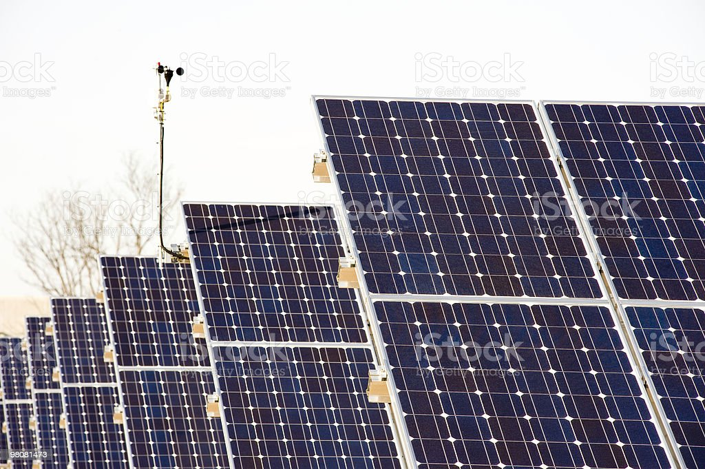 Campo di energia solare array foto stock royalty-free