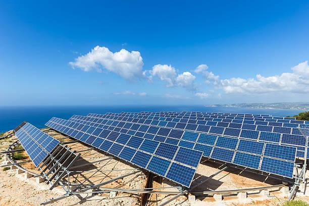 field of solar sammler in der nähe von meer - rettungsinsel stock-fotos und bilder