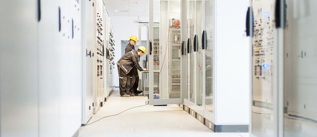 Field Service Crew Testing Electronics Or Inspecting Electrical Installation System - zdjęcia stockowe i więcej obrazów Aranżować