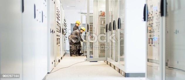 Field Service Crew Testing Electronics Or Inspecting Electrical Installation System - Stockowe zdjęcia i więcej obrazów Aranżować