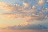 燃えるようなオレンジ色の夕焼け空。美しい雲。