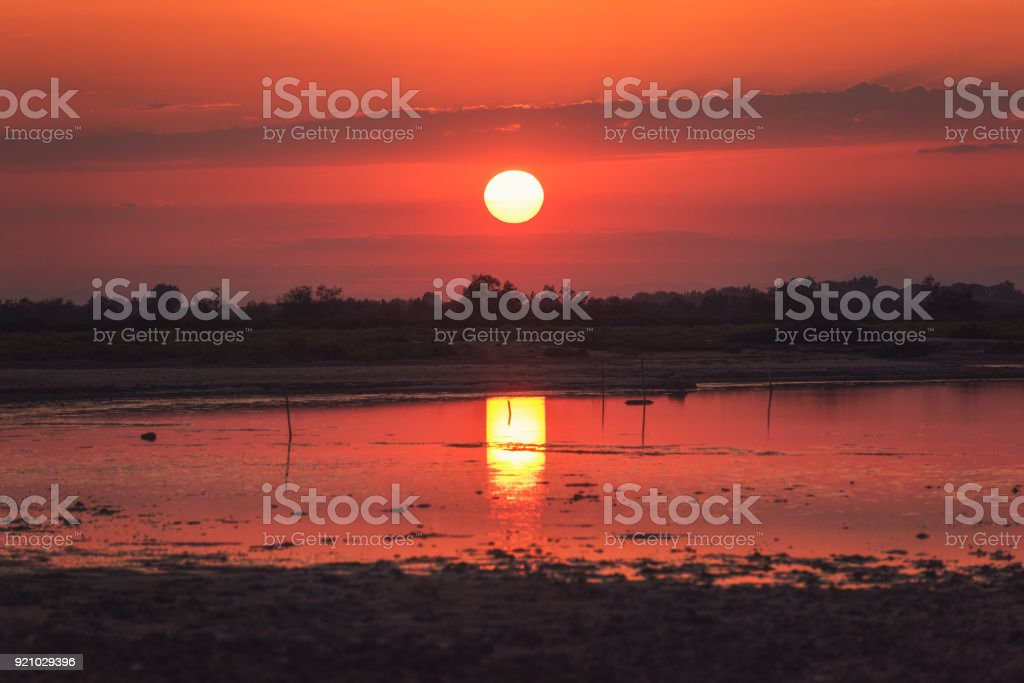 Feurige rote Sonnenuntergang über das Feuchtgebiet des regionalen Naturparks der Camargue, Biosphärenreservat der UNESCO, Bouches-du-Rhône, Südfrankreich – Foto