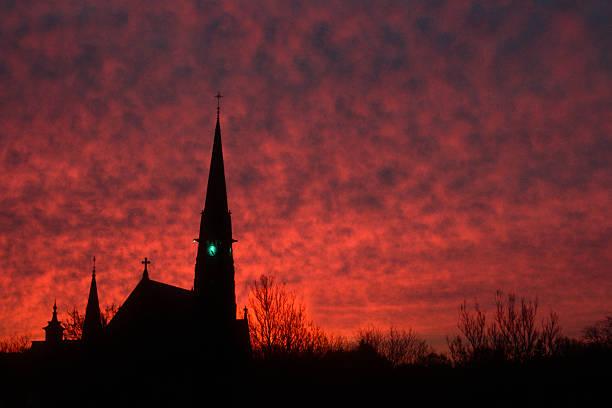 fiery himmel und kirche kirchturmspitze - kirchturmspitze stock-fotos und bilder