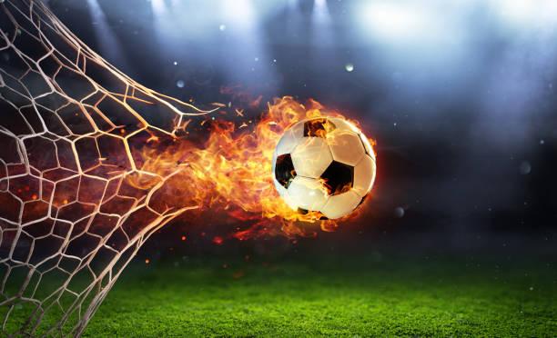 Feuriger Fußball-Ball im Tor mit Netz in Flammen – Foto