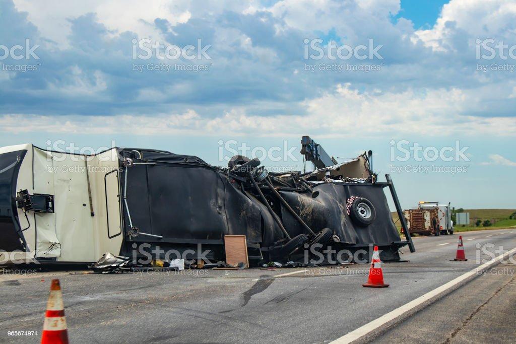 Vehículo recreacional de quinta rueda volcó en una carretera con la cara inferior roto y cosas se derrame hacia fuera en el camino después de un accidente - foto de stock