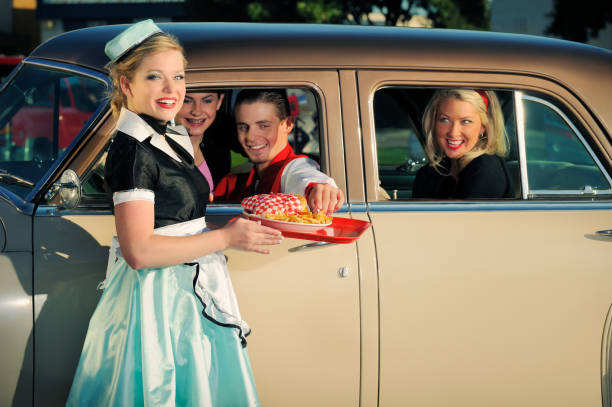 Años cincuenta en automóvil con coche Hop y los clientes - foto de stock