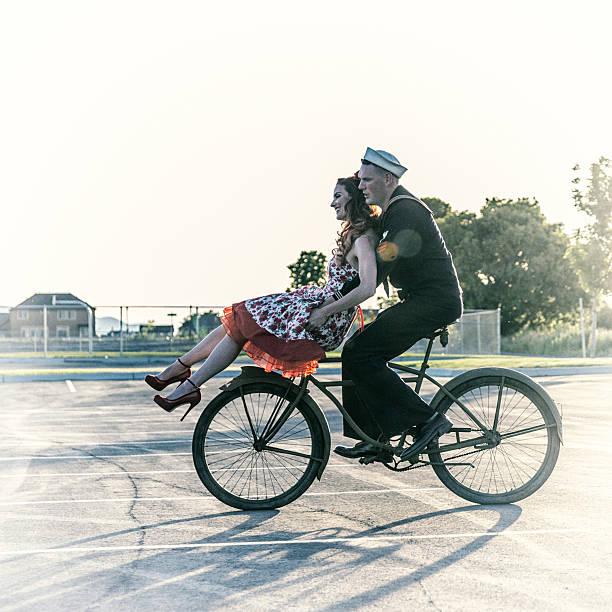 fifties navy matrose pin-up für freundinnen reiten auf fahrrad - matrosin kostüm stock-fotos und bilder